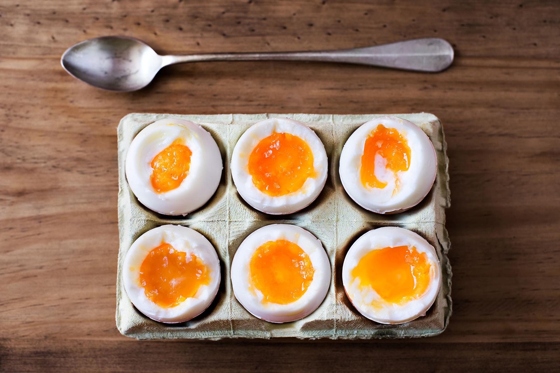 Seks bløtkokte egg i kartong. Foto.