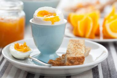 Kokt egg på frokostbord. Foto.
