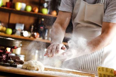 Baker som lager deig