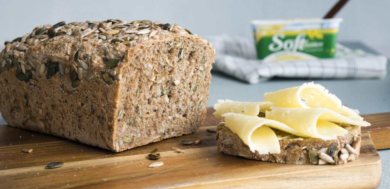 Eltefritt brød til matpakken, påsmurt med gulost