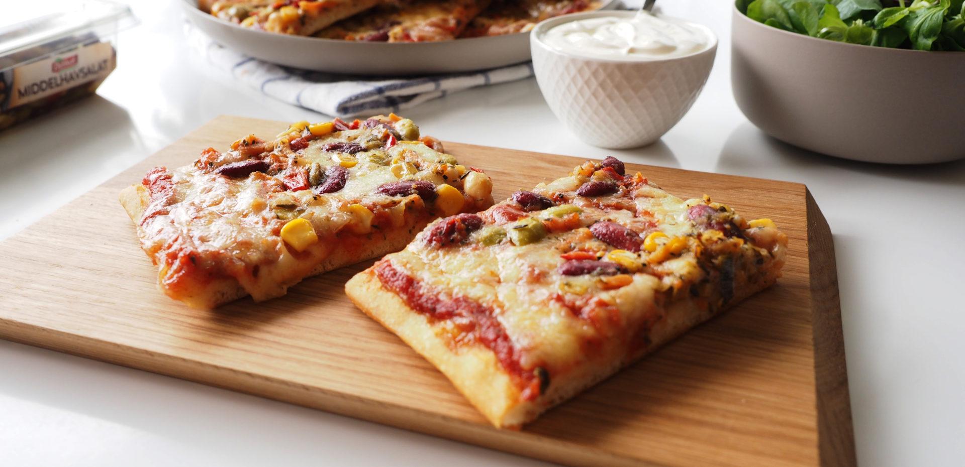 Pizza med middelhavsalat