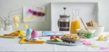 Frokostbord med egg, kaviar og kaffe