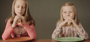 To søstre spiser pølser
