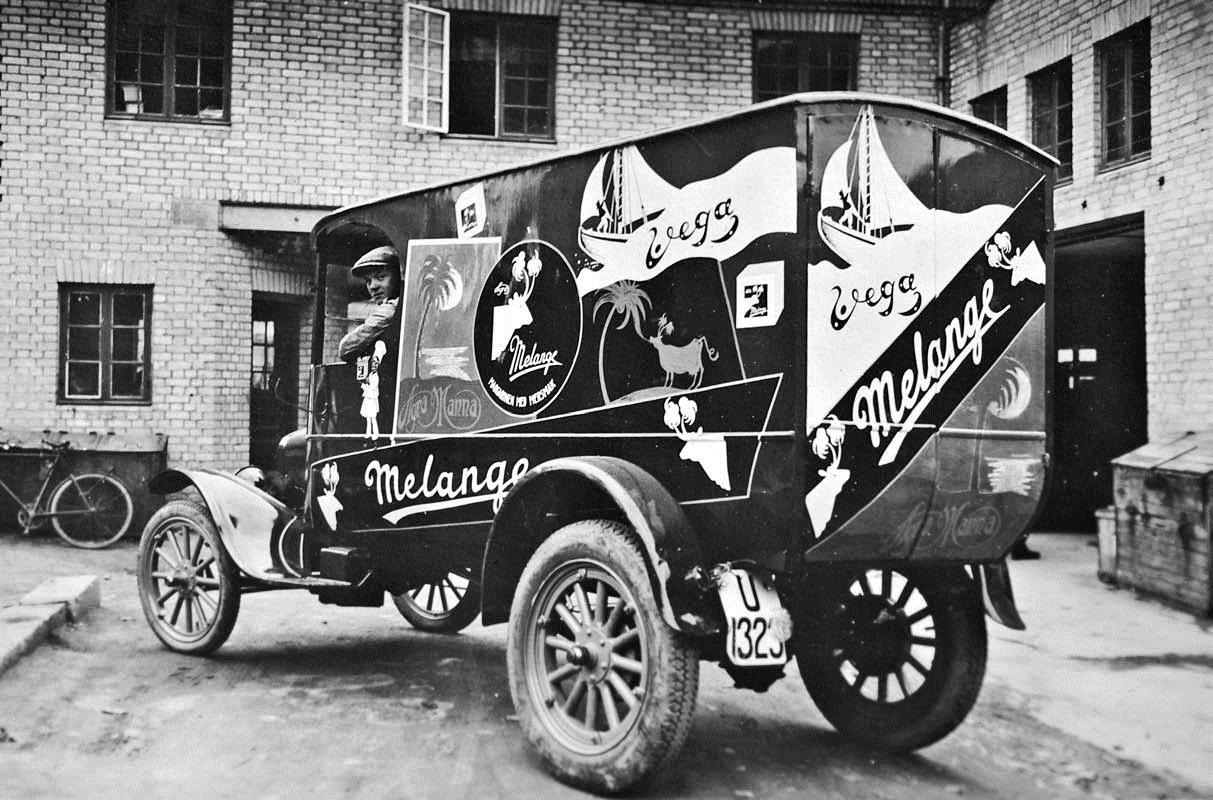 Melange-bil dekket av reklame.