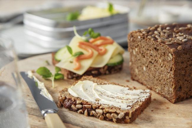 Brødskiver med margarin og kaviar
