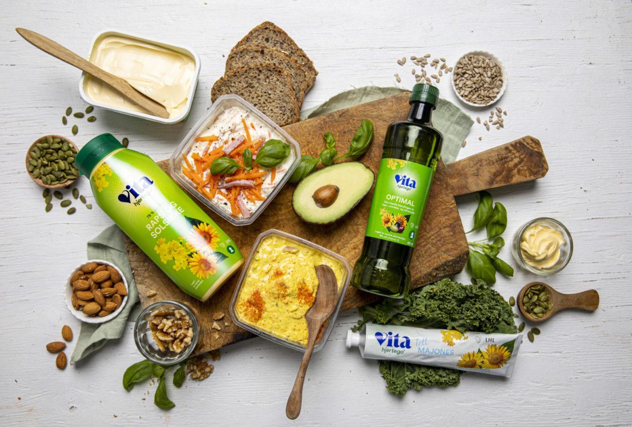 Vita hjertego-produkter sammen med påleggsalater, brød og grønnsaker