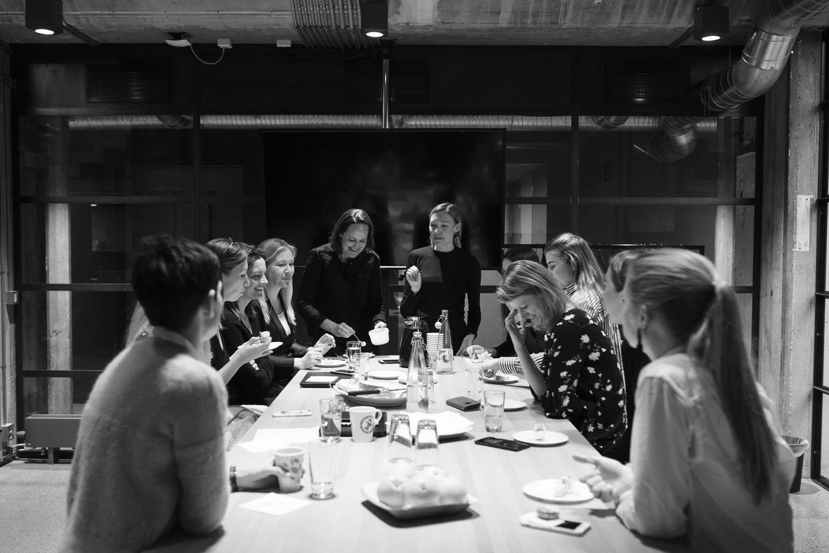 Gruppe ansatte i felles kaffepause. Foto.
