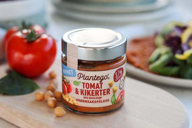 Tomat og kikerter med basilikum. Pakningsbilde.