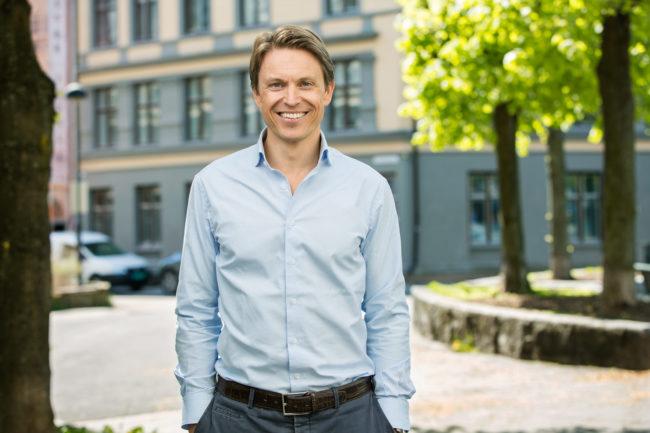 Administrerende direktør Knut K. Heje utendørs, smilende