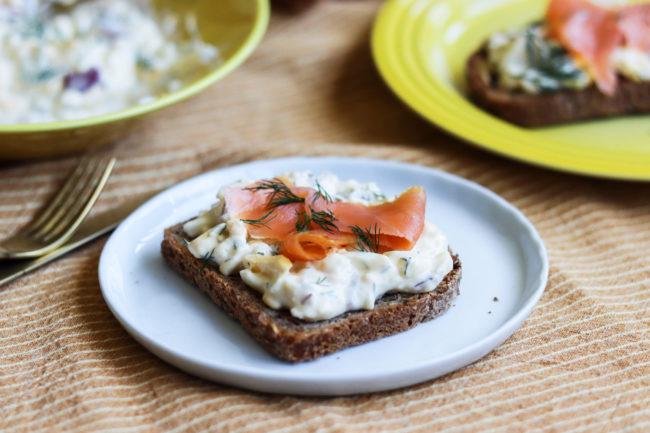 Eggesalat med dill og rødløk