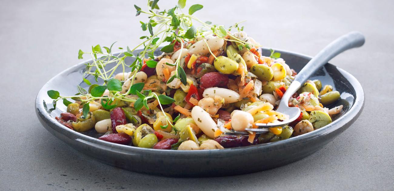 Bønnesalat med urter på fat