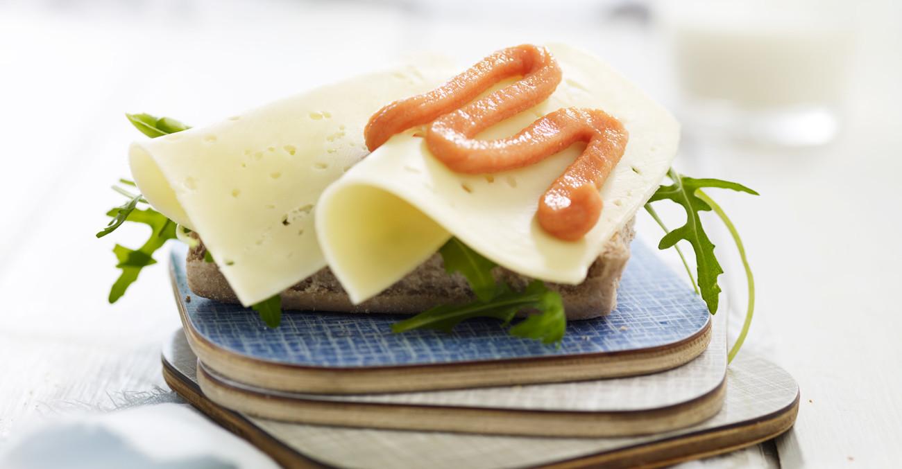 brødskive med ost og kaviar