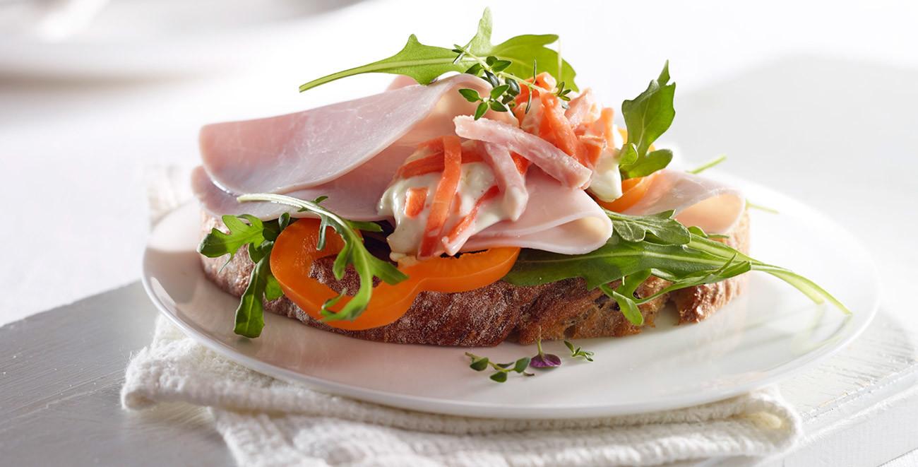 Delikat italiensk salat på brødskive