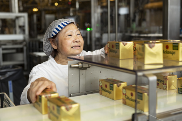 Ansatt på fabrikken i Fredrikstad pakker margarin.